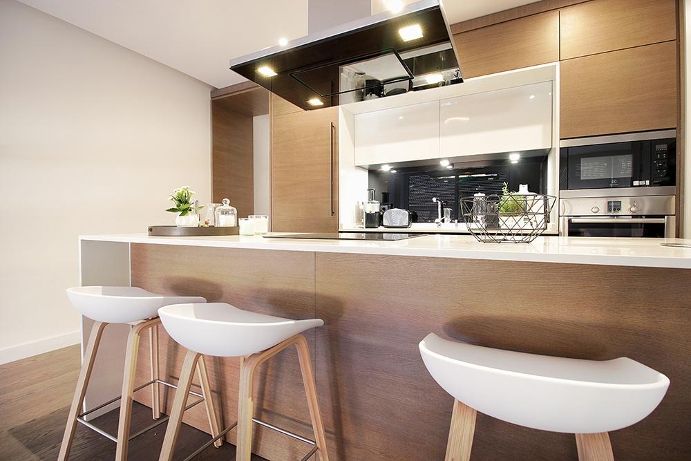 Dise o de cocinas en cocina abierta al sal n barrio de for Reforma cocina abierta al salon