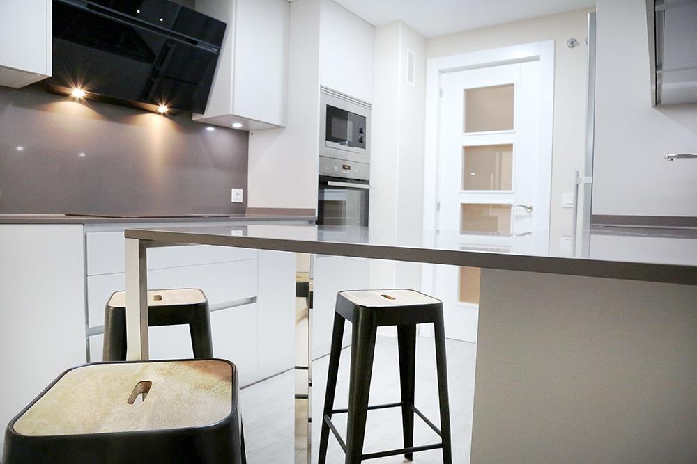 Dise o de cocinas en cocina peque a blanca y gris galer a for Cocinas blancas pequenas