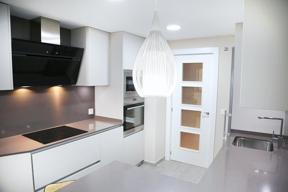 Dise o de cocinas en cocina peque a blanca y gris galer a for Proyecto cocina pequena