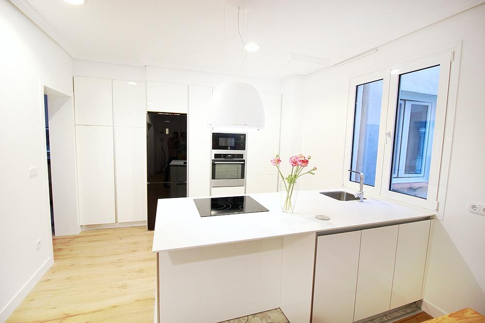 Diseño de cocinas en Cocina blanca campana Edith- Galería de ...