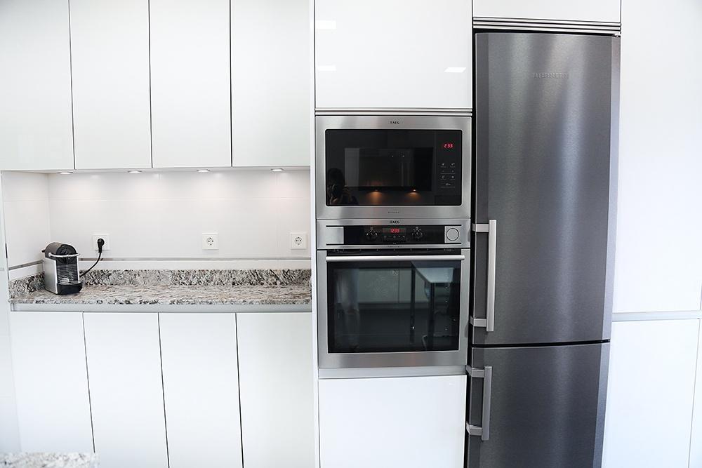 Diseño de cocinas en Cocina blanca con muebles hasta el techo