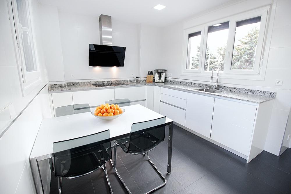 Dise o de cocinas en cocina blanca con muebles hasta el for Proyecto muebles de cocina