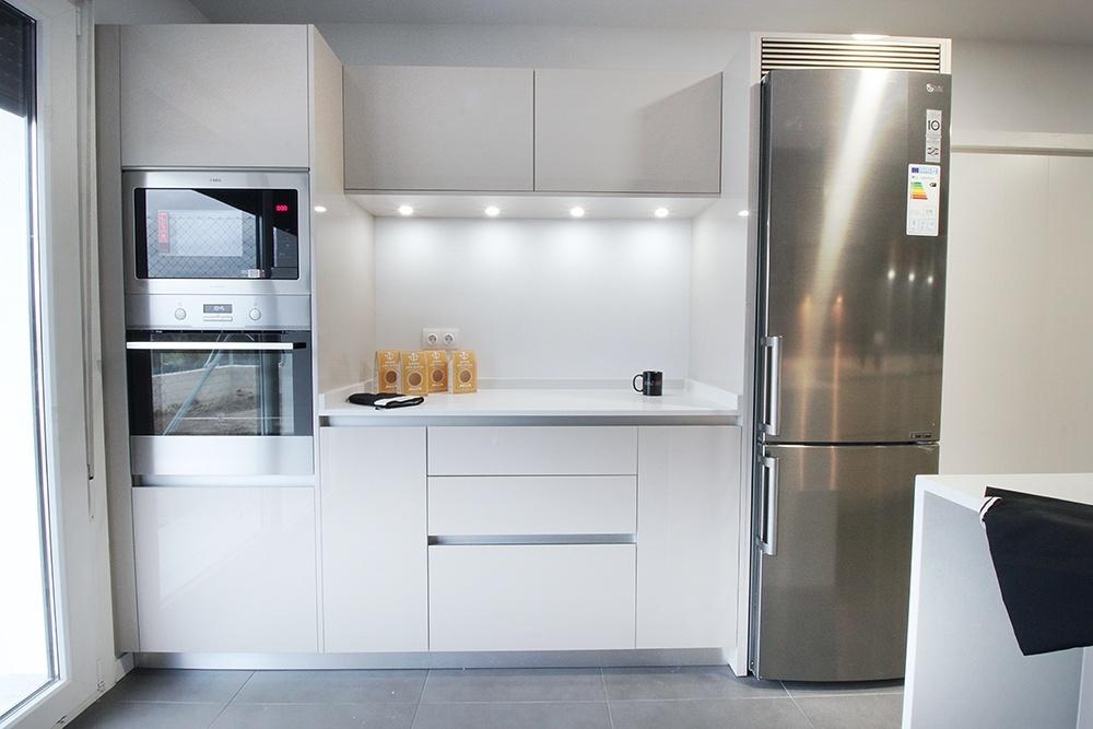 Dise o de cocinas en madrid reforma de cocinas cocinas for Distribucion muebles cocina