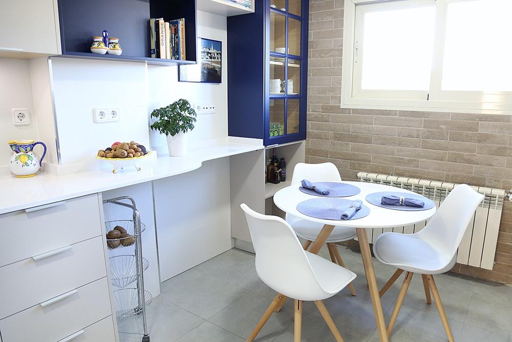 Diseño de cocinas en Cocina con mueble lacado y huecos vistos en ...