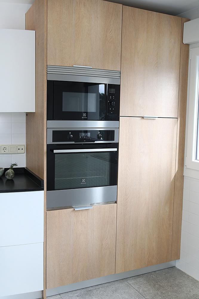 Cocina blanca negra y roble con isla en valdemorillo - Columna horno y microondas ...