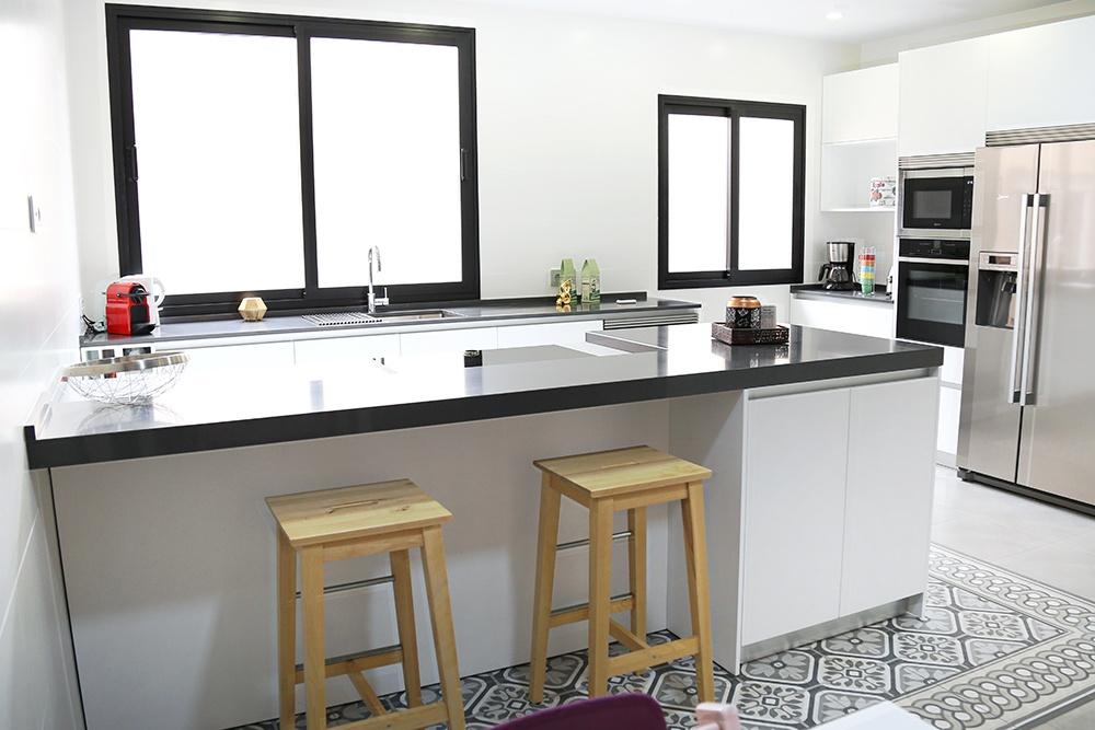 Cocina blanca muy espaciosa con pen nsula desayunador y - Cocinas con peninsula ...