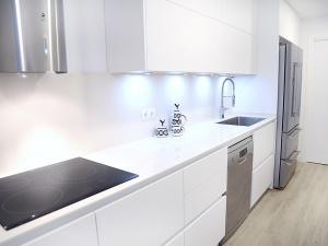 solucin de diseo de cocina para espacios estrechos y alargados