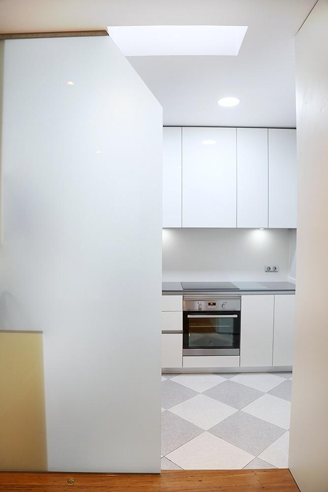 Dise o de cocinas en cocina blanca peque a con gran for Diseno de cocinas integrales en linea