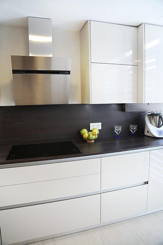 Dise o de cocinas en cocina en tonos tierra con muebles en for Diseno de cocinas integrales en linea