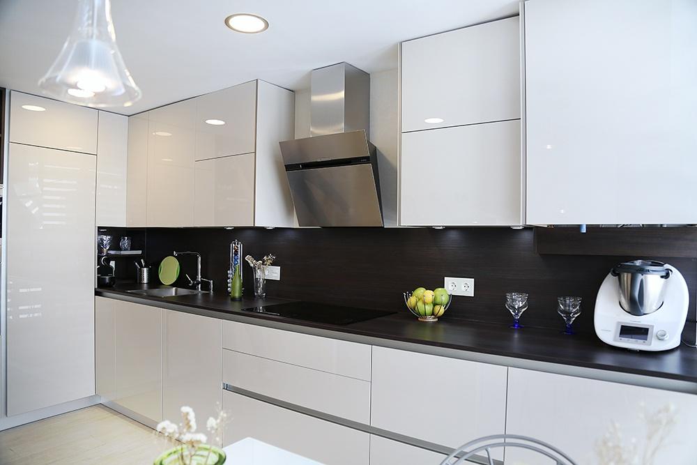Cocinas de diseno perfect cocinas con isla val with for Encimera de cocina lacada en blanco negro