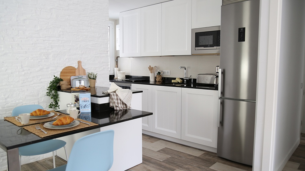 Dise o de cocinas en cocina peque a blanca y de estilo for Proyecto cocina pequena