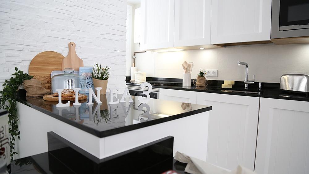 Dise o de cocinas en cocina peque a blanca y de estilo for Diseno de cocinas integrales en linea