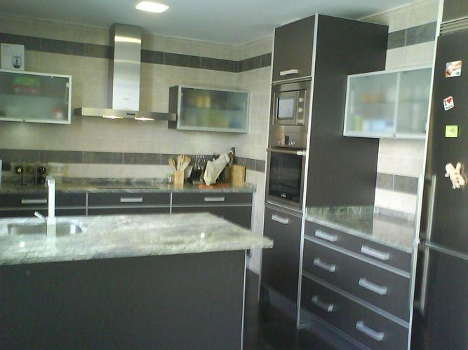 Diseño de cocinas en Carabanchel modelo Ibiza con peninsula tonos ...