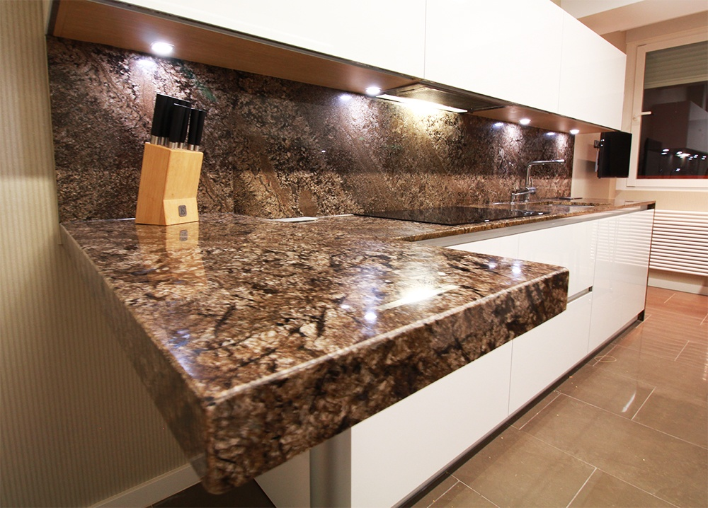 Cocina con gola y granito de importaci n de levantina en for Colores de granito para encimeras de cocina