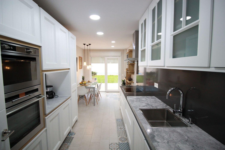 vista general de cocina blanca lacada diseado en un estilo clasica moderna y reformado con suelo